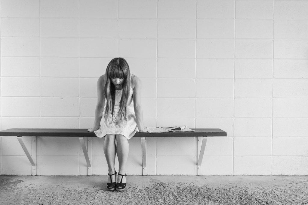 Foto di donna preoccupata da sola su una panchina